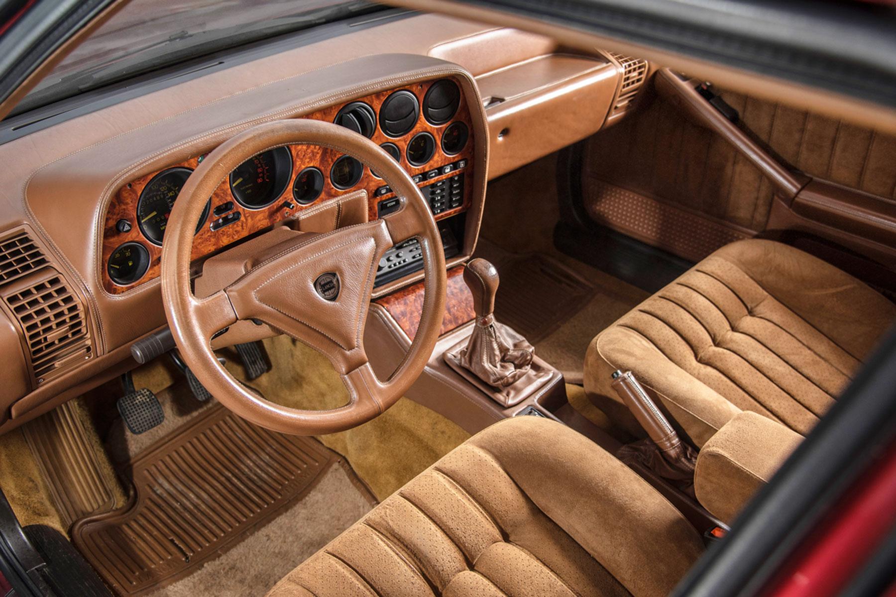 Lancia Thema 8.32 velour interior